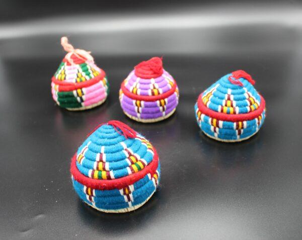 Auch, wenn sich mehrere dieser aus Bast und Wolle umwickelten kleinen Döschen ähneln; jedes von Ihnen ist ein Unikat!