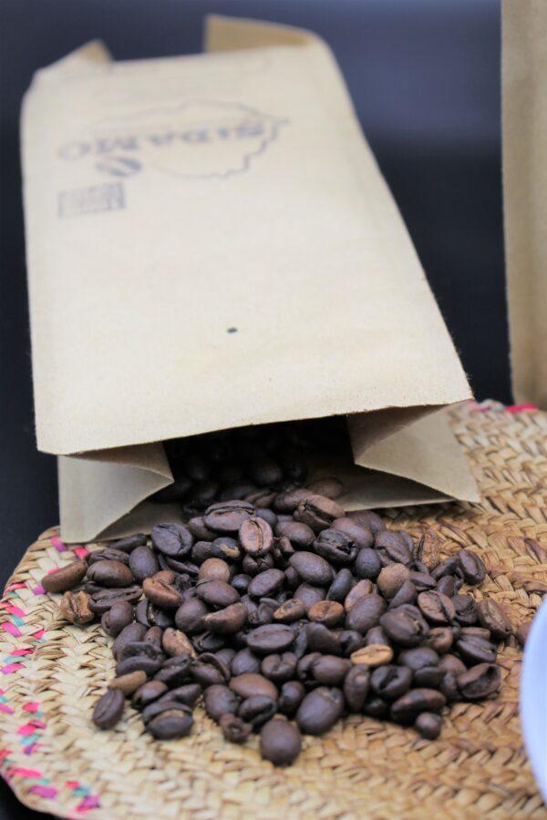 Vom Verkauf jedes Paketes dieses Kaffee fließen 2,00 Euro direkt in die Bildungs-Projekte des Vereins!