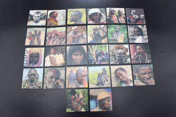 Ein Bild aller Motive des Memo-Spiels aus Holz mit Gesichtern aus Äthiopien.