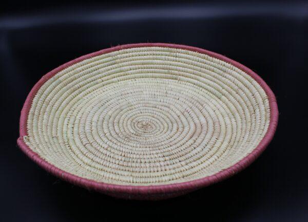 Diese Schale mit seinem Durchmesser von rund 30 Zentimetern entstand in Handarbeit im Umland des äthiopischen Aksum.