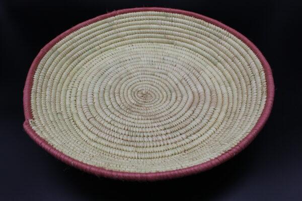 Wir haben diese Schale selbst auf einem Bauernmarkt gekauft. Naturbelassen und nur durch einen rosa Rand aufgewertet.