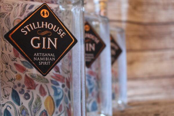 Sie finden nicht nur blumige Noten in diesem Gin; auch die Flaschen erinnern an einen bunten Strauß an Blumen