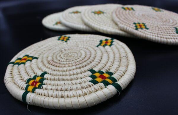 Gerne werden in einem äthiopischen Handwerkskunst auch mal die äthiopischen Farben (Rot, Gelb, Grün) eingebunden.