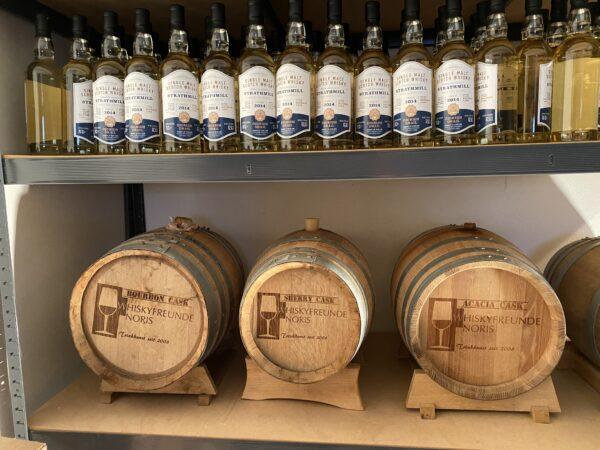 Am 03.01.2024 wird der Whisky dann in Flaschen gefüllt und es gibt einen Whisky, der fast auf den Tag genau das Alter des Hawelti e.V. hat