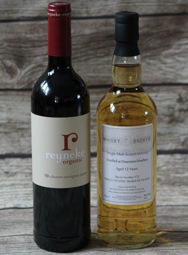 Ein 12jähriger Deanston bekommt ein Finish in einem Rotweinfass, in dem vorher ein südafrikanischer Rotwein seine Aromen abgab