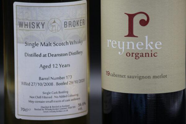 Das Besondere: Sie beteiligen sich nicht nur an einem Whiskyfass, sondern erhalten auch eine Flasche von dem Rotwein, dessen Aromen sich im Whisky befinden