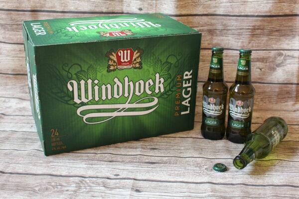 Eine leere Flasche Windhoek ist gut, besser sind zwei noch volle Flaschen. Noch besser nur ein Karton mit 24 Flaschen – hier zu sehen auf dem Bild…